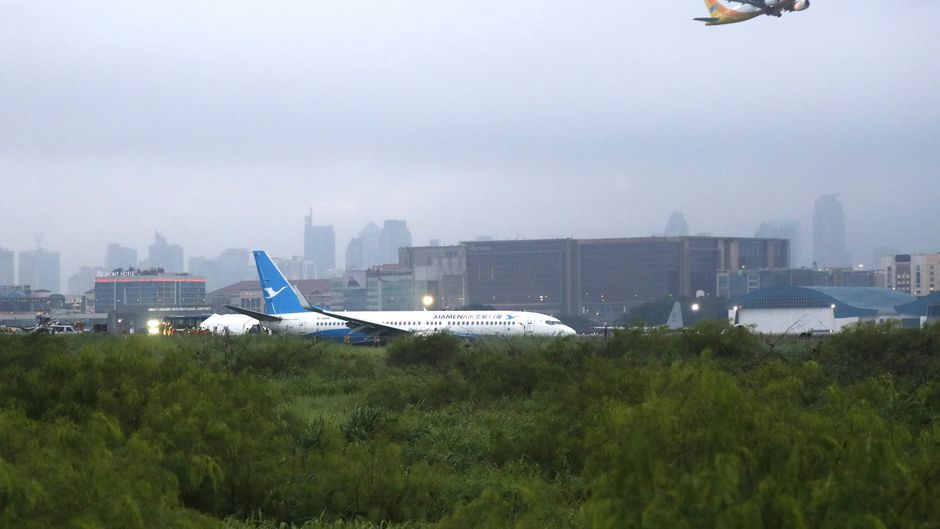 Die Maschine von Xiamen Airlines kam am Flughafen von Manila von der Landebahn ab und landete auf dem Rasen.