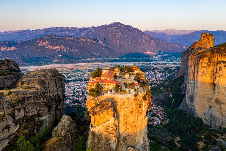 Das Kloster Meteora thront auf einem Felsen in Griechenland.