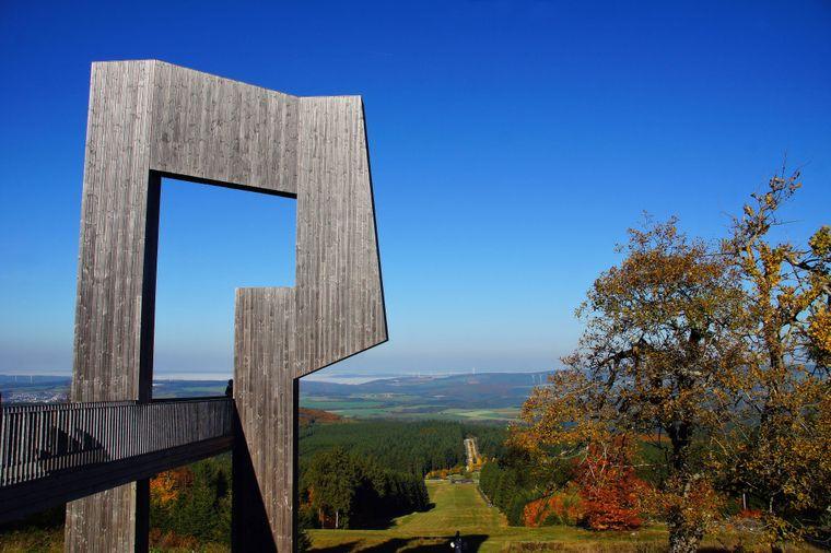 Auf dem Erbeskopf gibt es diese schöne Aussichtsplattform – mit Blick in die idyllische Landschaft.