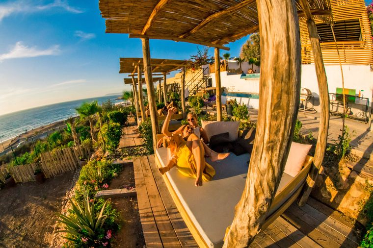 Neben Surfunterricht kannst du im Pure Surf Camp auch auf der Terrasse relaxen und mit Gleichgesinnten den Abend bei einer gemütlichen Grillrunde ausklingen lassen.