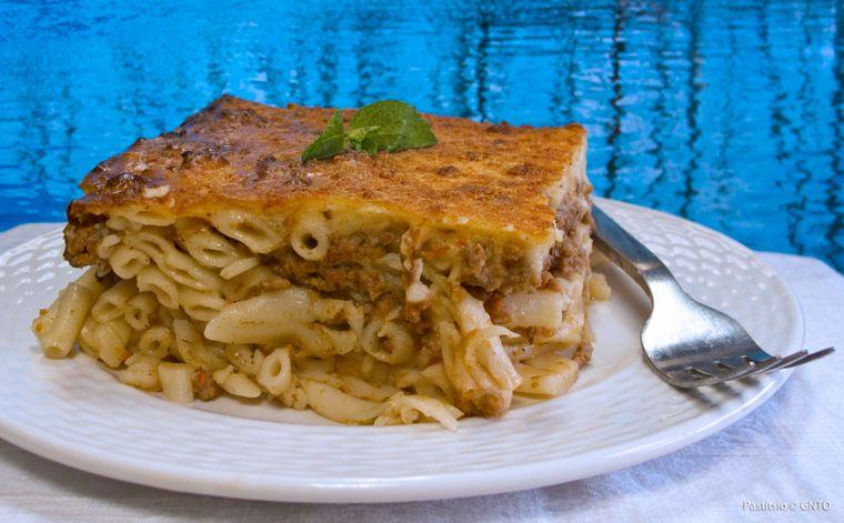 Die fleischlastige und deftige Lasagne wird neben Lasagnenblättern auch mit Maccaroni zubereitet