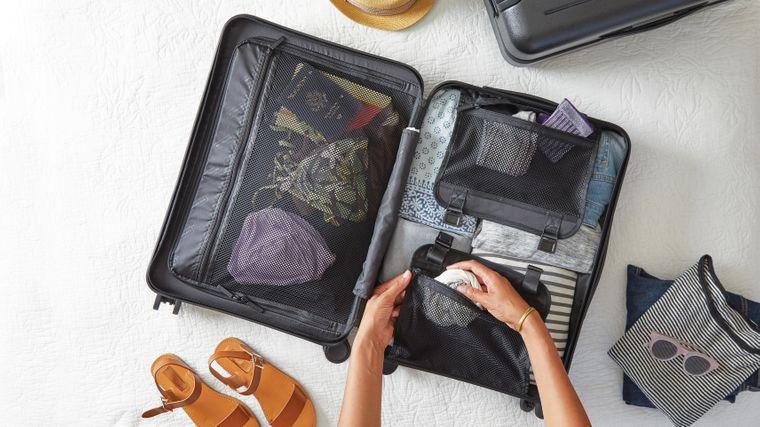 Eine Person beim Kofferpacken.