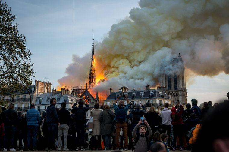 Riesige Rauchschwaden stiegen von der Kathedrale auf.