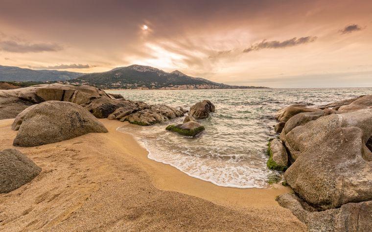 Der Strand Algajola auf Korsika im Abendlicht.