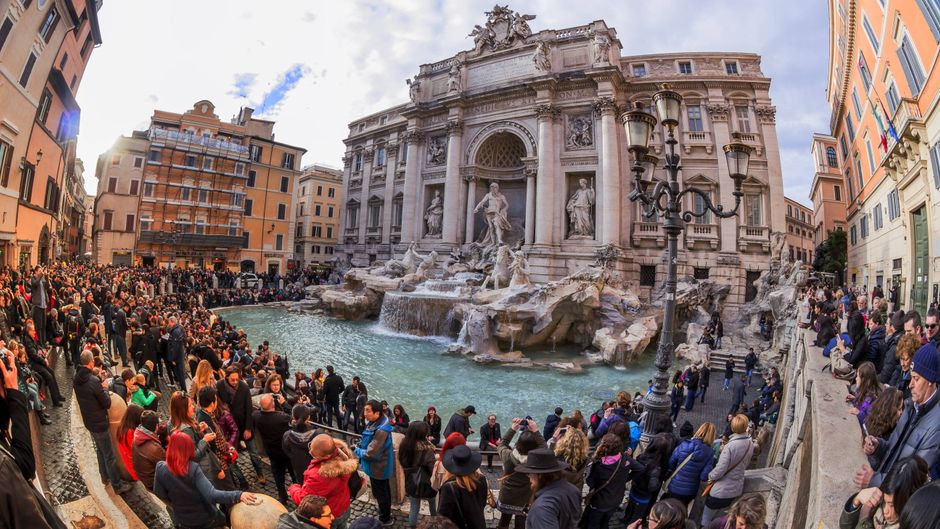 Touristenmassen am Trevi-Brunnen in Rom, Italien.