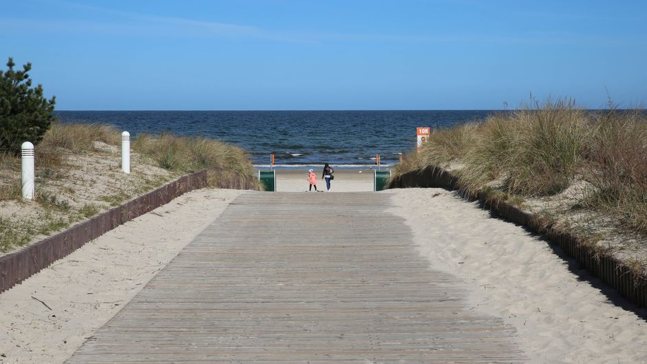 Nichts geht mehr am Meer: Blick auf das leere Ostseebad Karlshagen auf Usedom.