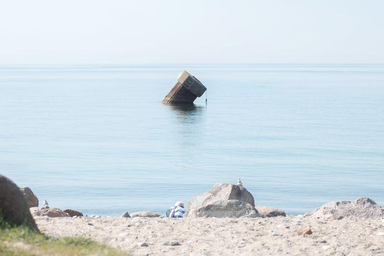 Am Strand von Westermarkelsdorf steht eine schiefe Steinspitze.