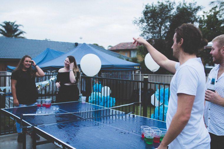 Eine Gruppe von Leuten, die Beer-Pong spielt.