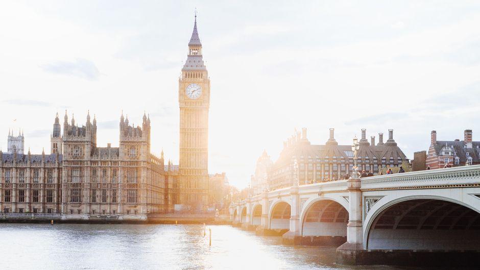 Blick über die Westminster Bridge in London Richtung Big Ben.
