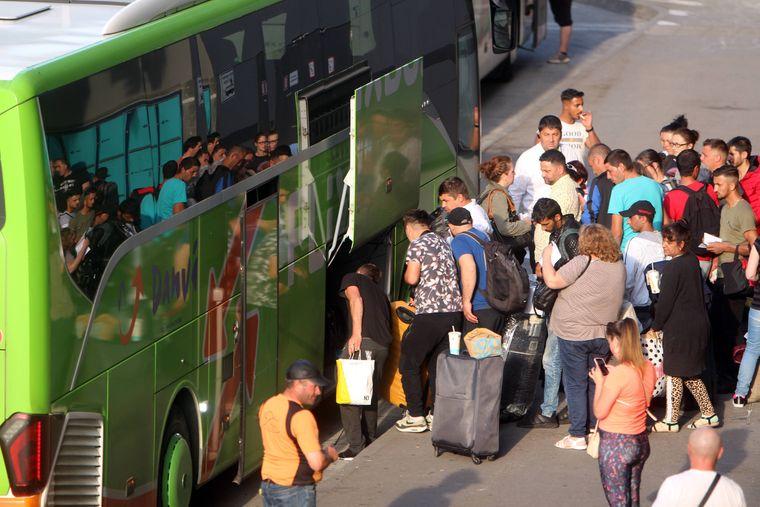 Passagiere laden ihr Gepäck in einen Flixbus in München.