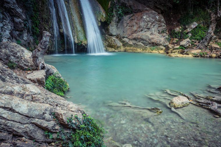 Die atemberaubenden Neda-Wasserfälle, die in den gleichnamigen Fluss fallen.