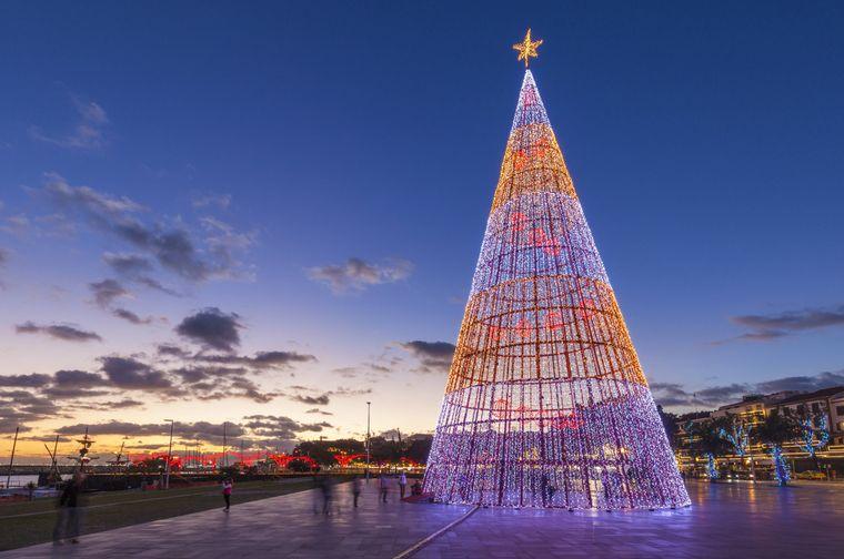 Ziemlich modern sieht der LED-Weihnachtsbaum auf Madeira aus – der Weihnachtsmarkt dort zählt zu den schönsten Europas.