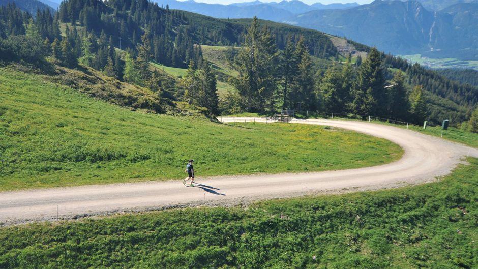 Ein Wanderer in den Bergen in Österreich.