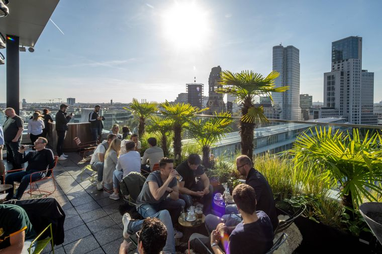Dieser Blick über die Stadt erwartet dich von der Hotelbar des 25hours Hotel Bikini Berlin.