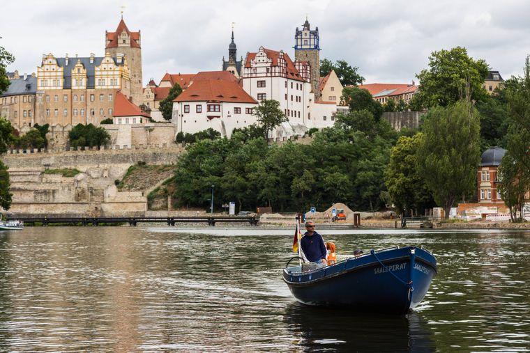 Die Schlossanlage von Bernburg kannst du auch vom Wasser aus sehen.