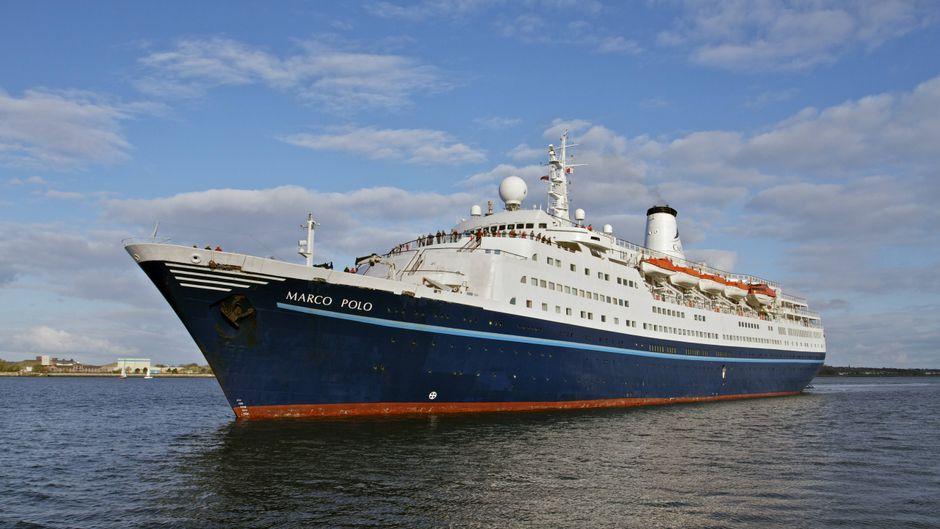 """Das Kreuzfahrtschiff """"Marco Polo"""" fährt in den Terminal ein."""