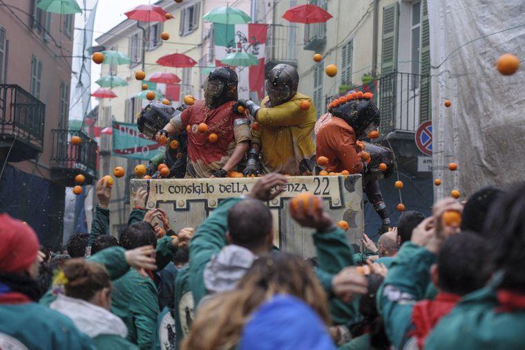 Karneval in Ivrea mit traditioneller Orangenschlacht.