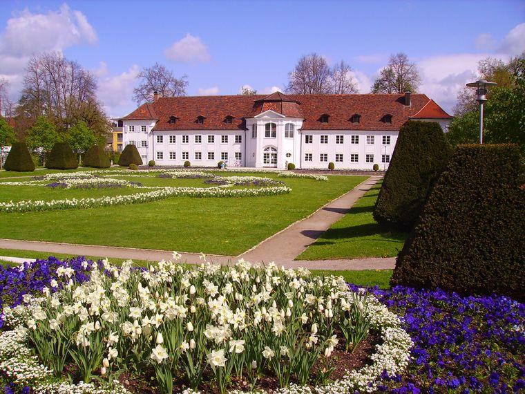 Im Hofgarten Kempten lässt sich beim Anblick auf das viele Grün und die liebevoll angelegten Blumenbeete herrlich entspannen.