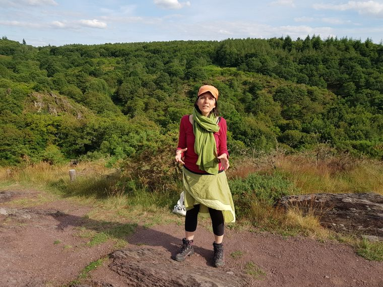 Fanny Goujon führt Besucher durch den Wald von Brocéliande.