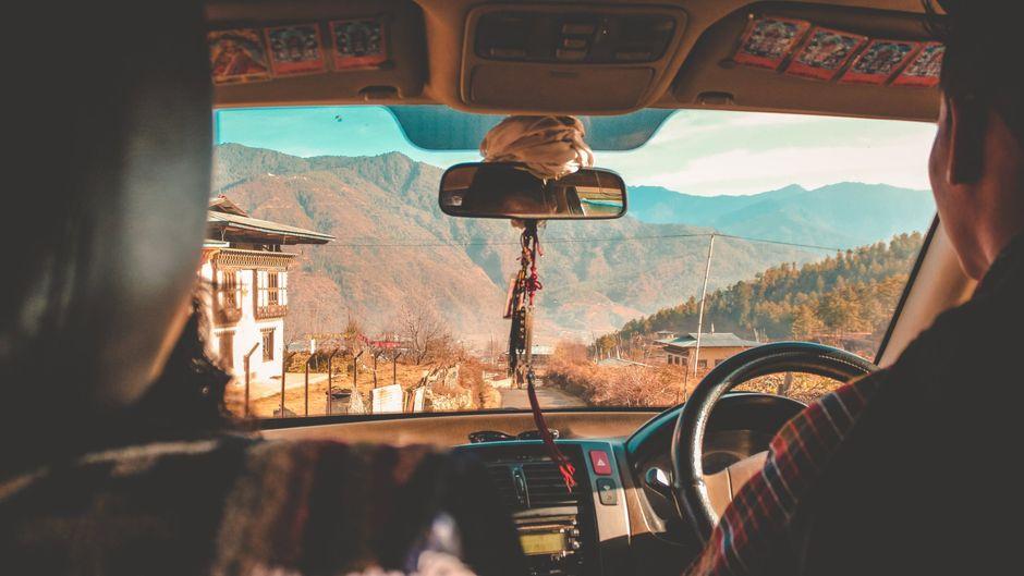 Auto fährt durch Bhutan im Himalaya, Asien.