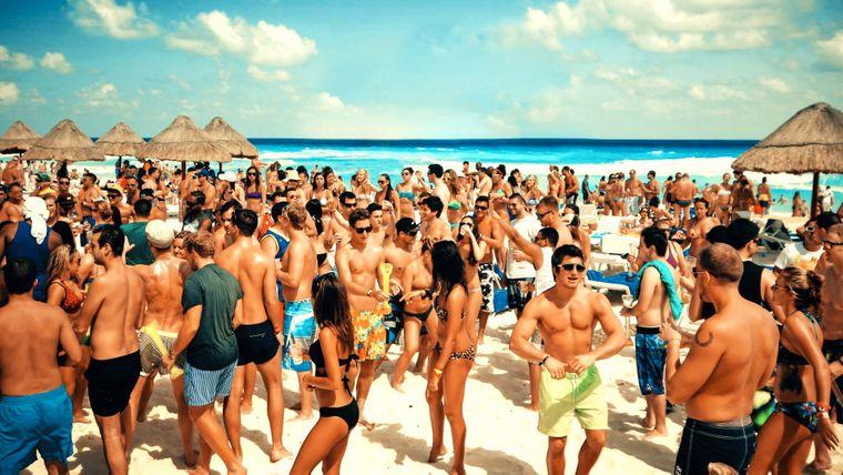 In Cancún siehst du während des Spring Breaks viel nackte Haut und alkoholische Getränke.