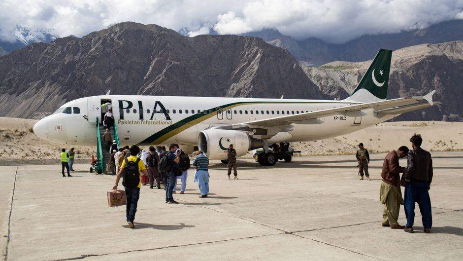 Eine Maschine von Pakistan International Airlines (PIA) auf dem Flughafen Skardu.