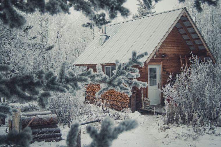 In einer idyllischen Holzhütte leben Peter und Sophie mitten im Nirgendwo von Kanada.