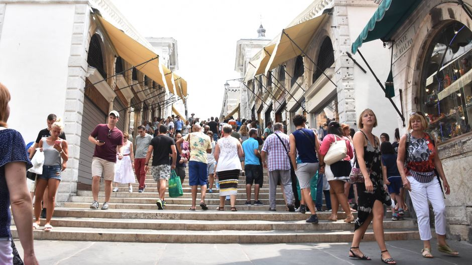 Ein normales Bild: Unzählige Touris auf der Rialto-Brücke in Venedig. Und es werden immer mehr.