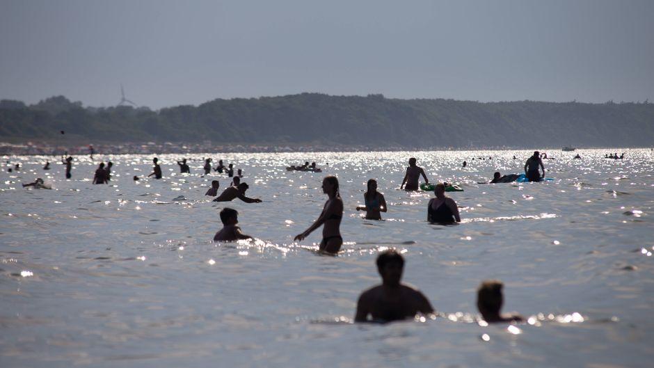 Baden in der Ostsee – dabei sollten immungeschwächte Menschen aktuell wegen der Vibrionen-Häufung aufpassen. (Symbolfoto)