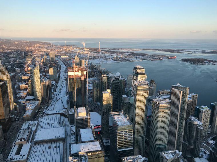 Vom einst höchsten Fernsehturm der Welt, dem CN Tower, blicken Besucher bis über die Grenzen von Toronto hinaus.