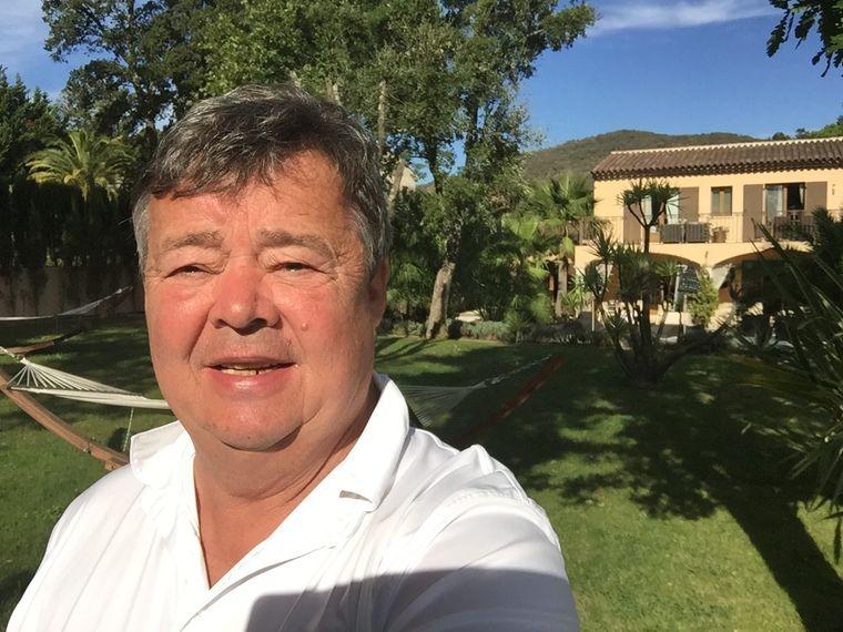 Autor Uwe Dulias im Garten des Hotel Roberto Geissini