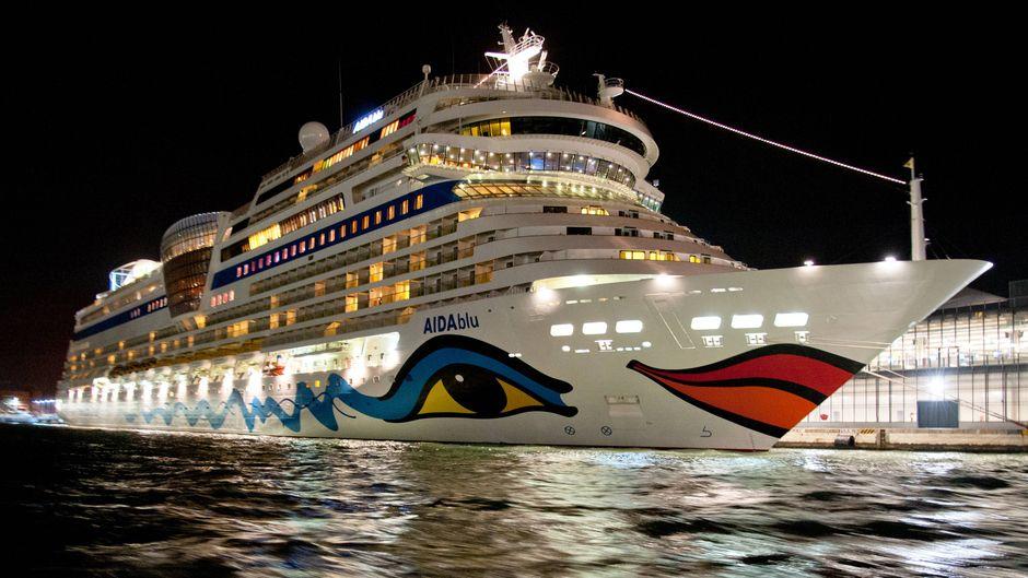 """Das Kreuzfahrtschiff """"Aida Blu"""" liegt bei Nacht am Hafen von Venedig vor Anker."""