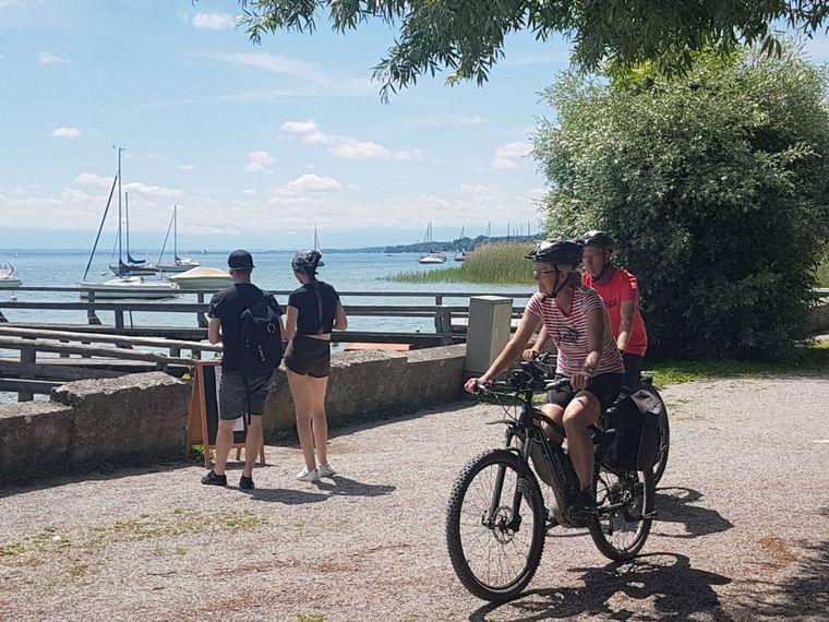 In Dießen kommen die Radfahrerinnen und Radfahrer an den Ammersee.