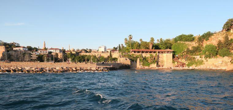 Der Mermerli Beach befindet sich mitten im Stadtzentrum von Antalya.
