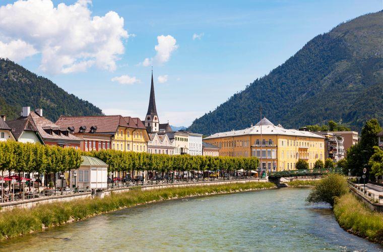 Stadtansicht von Bad Ischl mit dem Fluss Traun.