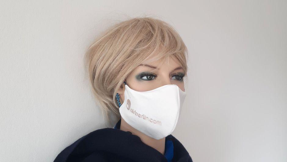 Die Masken wurden aus Servietten angefertigt, die ursprünglich für die Business Class von Air Berlin gedacht waren.