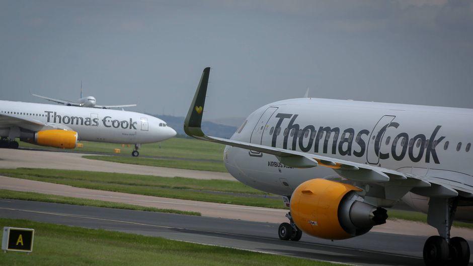 Zwei Thomas-Cook-Maschinen am Flughafen in Manchester.