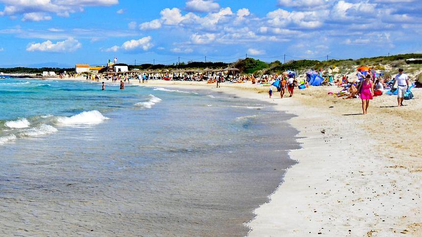 Der Strand Es Trenc ist bei Mallorca-Urlaubern wegen seines türkisblauen Wassers und des weißen Sands beliebt.
