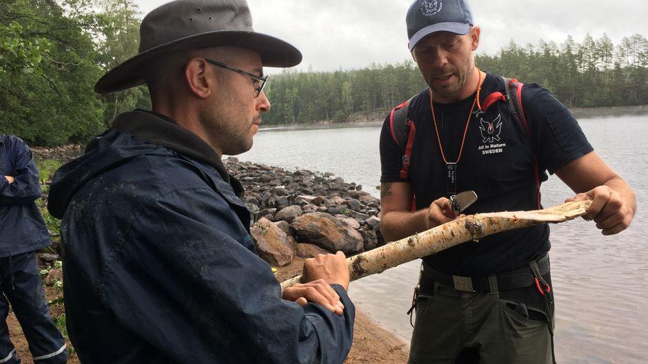 Ex-Soldat Torbjörn Selin erklärt, die man das Holz am besten schnitzt.