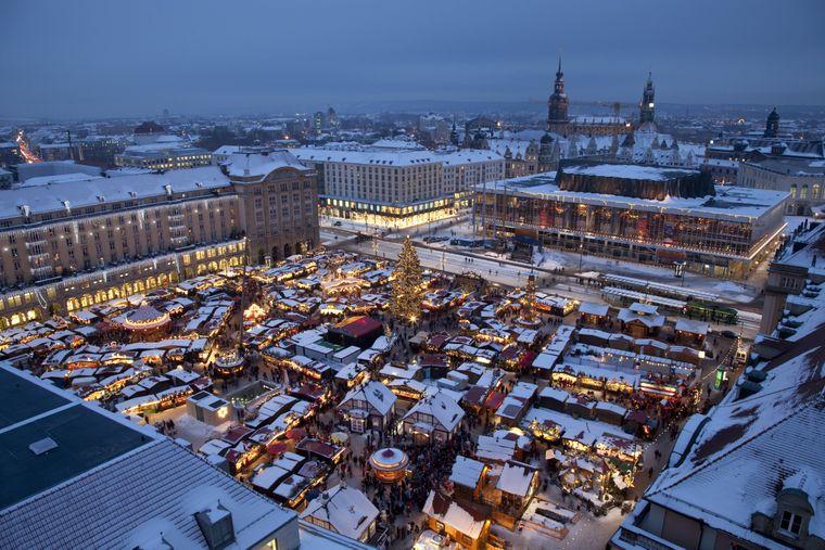 Der Dresdner Striezelmarkt auf dem Altmarkt.