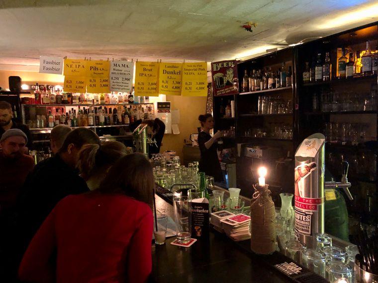 Die knallgelbe Bar hat Schallplatten und Kunst an den Wänden.