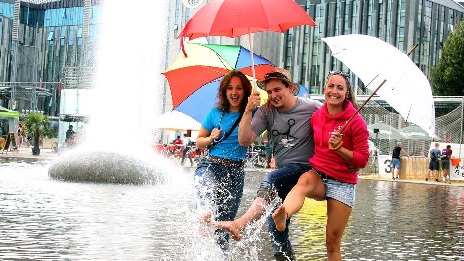 Die Leipziger begegnen dem Wetter mit Spaß.