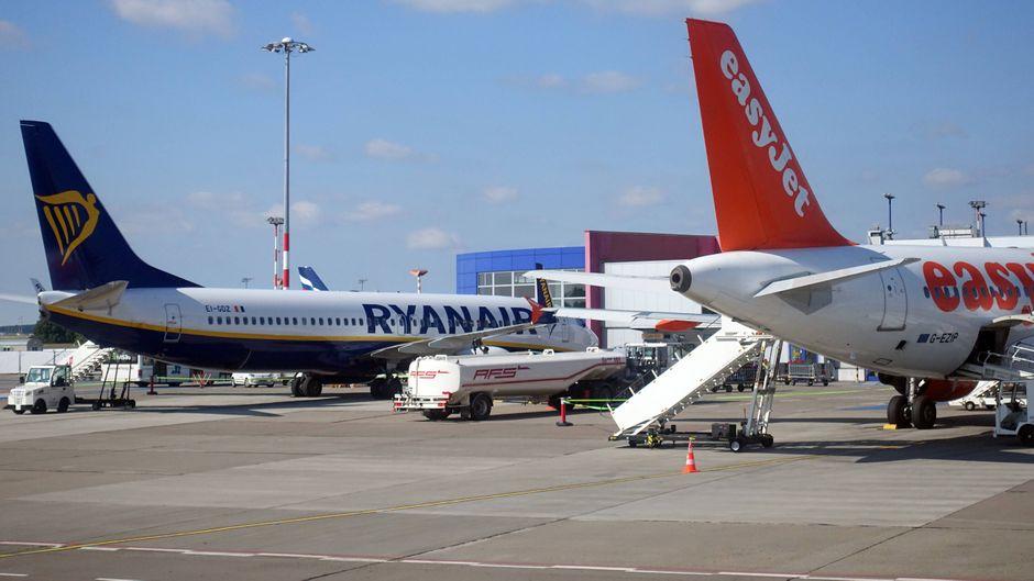 Sie gehören zu den Größten: Airlines wie Ryanair und Easyjet fliegen Passagiere für kleines Geld durch Europa. Auf besonderen Service müssen Fluggäste oftmals verzichten – dabei benötigt es nur wenige Kniffe, um bequemer mit ihnen zu reisen. (Symbolfoto)