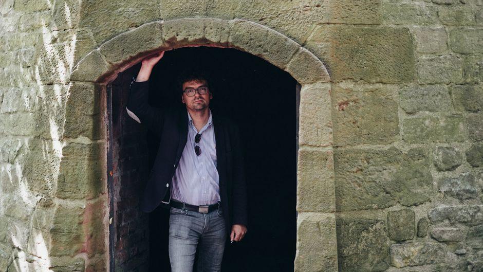Architekt und Stadtplaner Jörg Seitz am Eingang der Kommunikationsmine im Fort der Festung Landau.