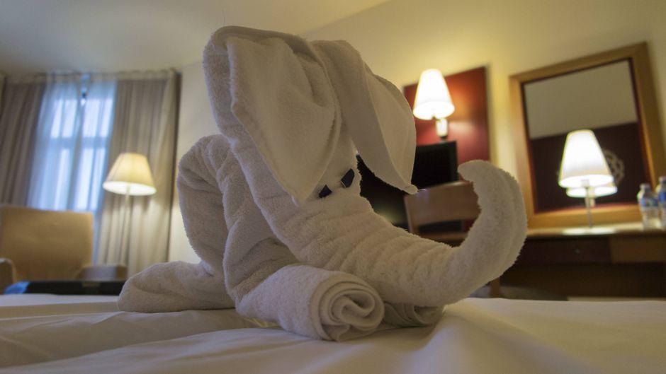 Ein aus Handtüchern gefalteter Elefant.