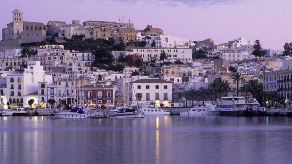 Die Altstadt von Ibiza im Abendlicht.