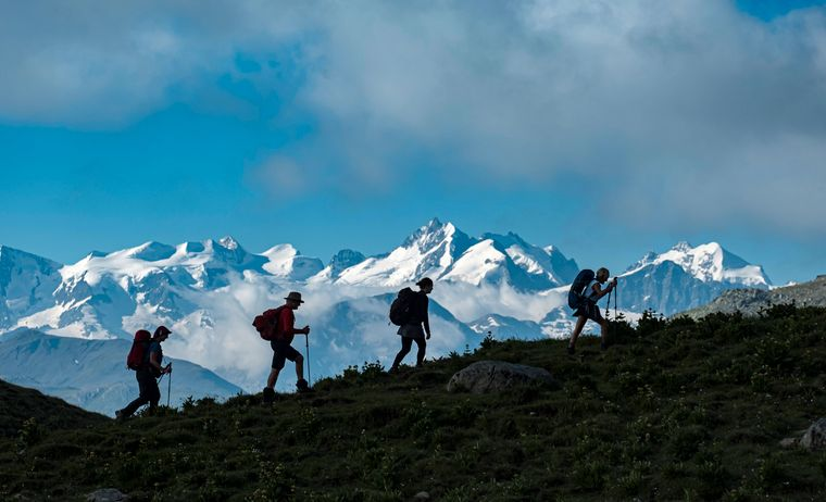 Eine Wandergruppe in der Nähe vom Albulapass in der Schweiz.Im Hintergrund ist die Berninagruppe zu sehen.
