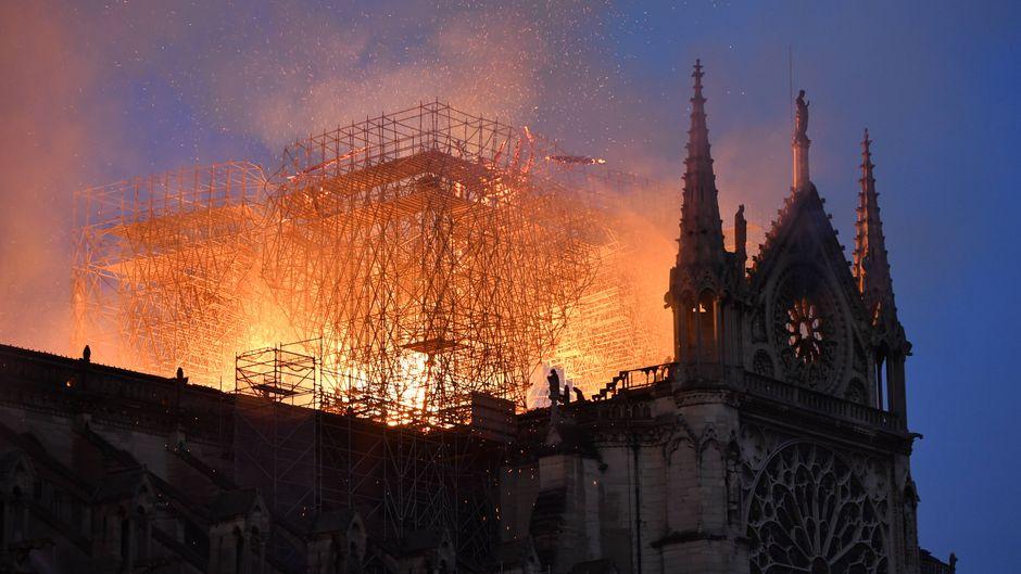 Ein weltberühmtes Pariser Wahrzeichen brennt: In der Kathedrale Notre-Dame wütet ein Großbrand.