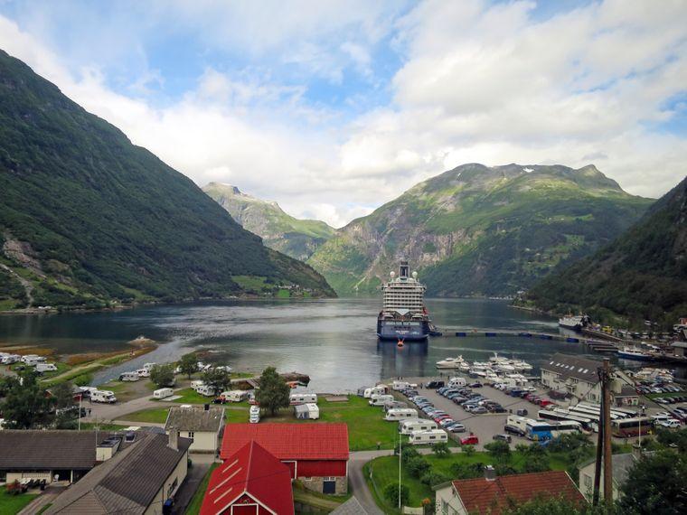 Kreuzfahrtschiff im kleinen Städtchen Geiranger in Norwegen.