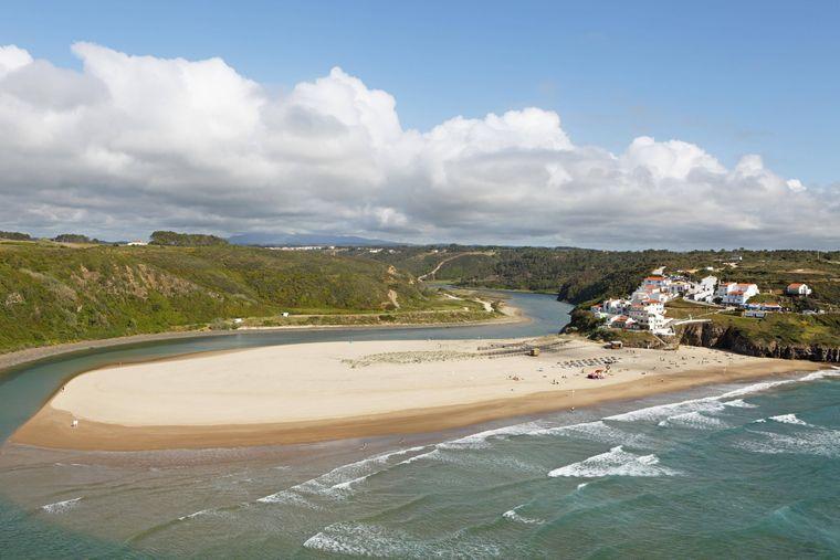 Der Sandstrand Praia de Odeceixe ist eine Landzunge an der Westküste der Algarve.